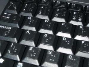 imagem do teclado preto com letras em braille