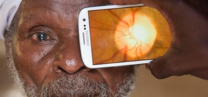 imagem de um smartphone examinando o olho esquerdo de um idoso