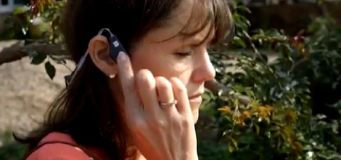 imagem do fone inteligente acoplado próximo ao ouvido de uma mulher