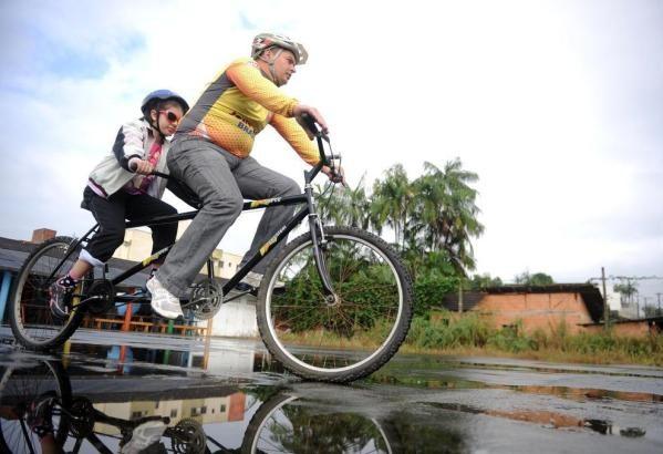 Imagem de uma bicicleta dupla com um guia e um deficiente em Joinville