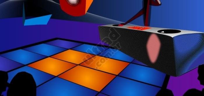 Imagem do jogo com uma pista de dança e uma mesa de DJ no canto superior dirento com o DJ atrás controlado pelo jogador