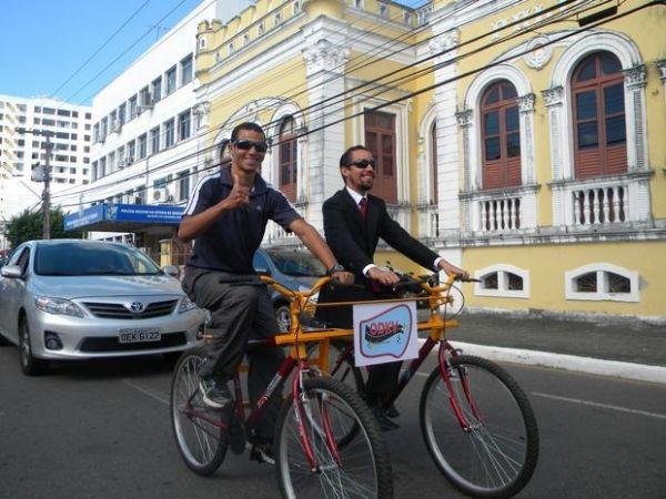 Na imagem, o vereador Lucas Aribé, que é deficiente visual, faz um passeio pelas ruas de Aracajú usando a ODKV acompanhado de um guia