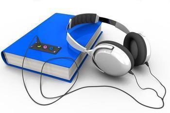 imagem de um livro a esquerda sobre uma mesa com um fone de ouvido grande apoiado sobre o livro com o fio passando sobre a mesa e acolando no livro