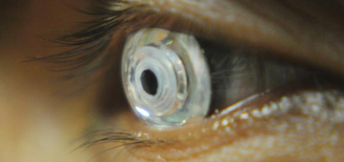 lente especial nos olhos de uma pessoa idosa