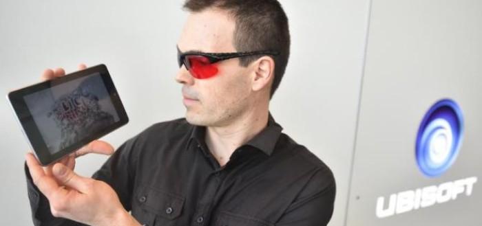 imagem da apresentação do jogo com um rapaz com óculos com lente azul e vermelha segurando um tablet