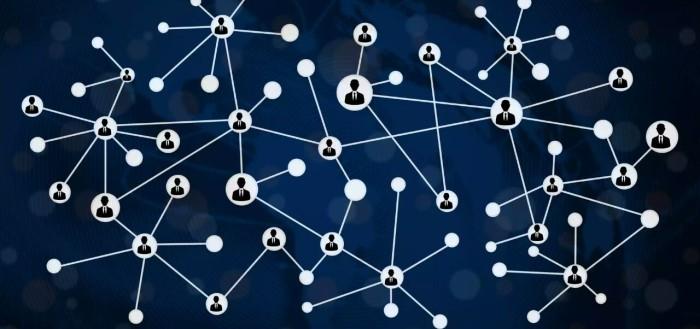 imagem com um mapa mundi no fundo com círculos com bonequinhos interligados com linhas, como uma rede