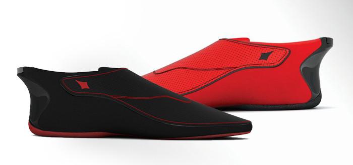 imagem com dois sapatos, um vermelho de lado atrás e um preto de lado na frente