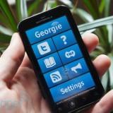 imagem demonstrando o aplicativo georgie em ação em um smarphone nas mãos de uma pessoa