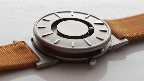 imagem mostrando o relógio magnético em cima de uma mesa focalizado de cima diagonalmente