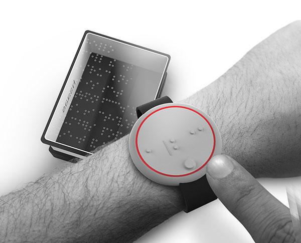 imagem do relógio em braille ehsaas no pulso de um homem