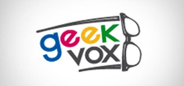 imagem com o logotipo do podcast a palavra geek com cada letra de uma cor azul, vermelho, amarelo e verde, avaixo a palavra vox em preto, ambras um pouco curvadas ao lado de um óculos de aros grossos onde cada perna fica acima e abaixo do nome, formando uma espécie de rabo de cometa