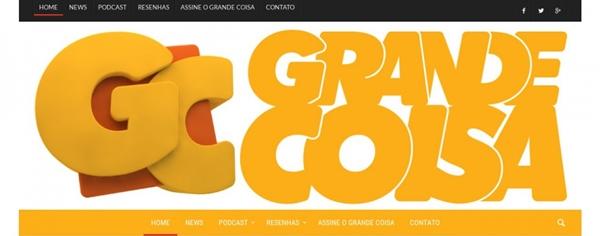 logo do grande coisa do lado esquerdo as letras g e c com a primeira por cima da ora e do lado direito as palavras grande, acima e coisa, abaixo, tudo em tons de amarelo