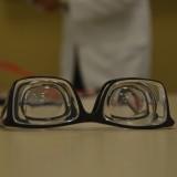 imagem mostrando os óculos especiais, eles paracem dois óculos posicionados um sobre o outro, o aparelho está apoiado em uma mesa